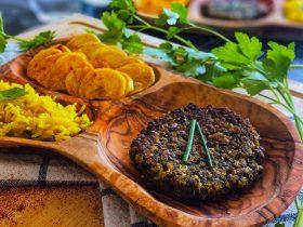steak de lentilles, chips de pommes de terre , et riz basmati safrané